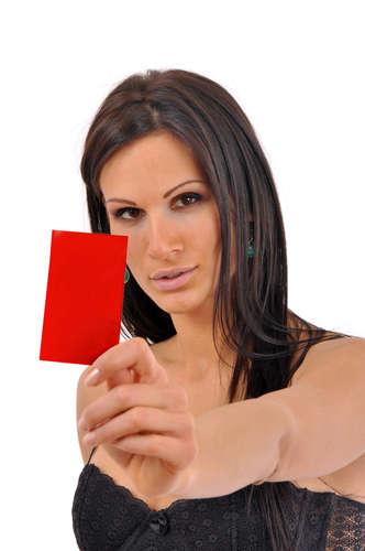 Sexy Brünette zeigt rote Karte