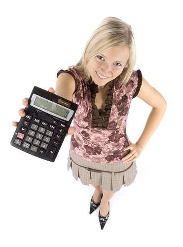 Kopfaufnahme einer jungen blonden Frau mit Taschenrechner