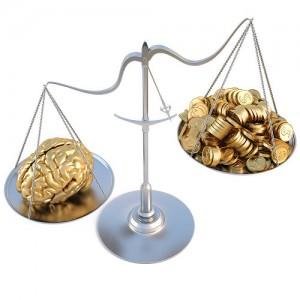 Ausgleichswaage mit Gehirn, welches mehr wiegt als ein Haufen Goldmünzen