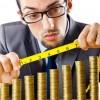 Man with measure tape and golden coins / Mann mit Messband und goldenen Münzen
