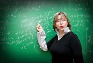 Lehrerin in der Nähe der Tafel im Klassenzimmer