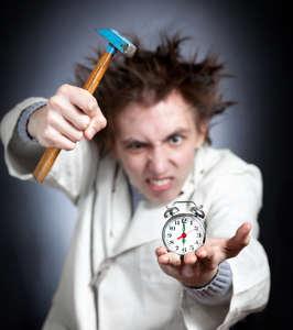 Verrückter Wissenschaftler versucht, seinen Wecker zu zerschlagen