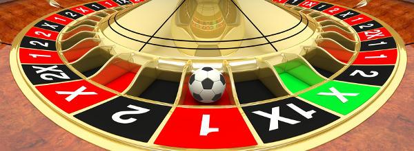 Nahaufnahme eines Roulette-Rads mit Fußball statt Kugel