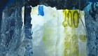 Frozen 200 Euro note in a block of ice / 200 Euro-Schein in einem Eisblock