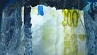 Frozen 200 Euro note in a block of ice / 200 Euro-Schein in einem Eisblock