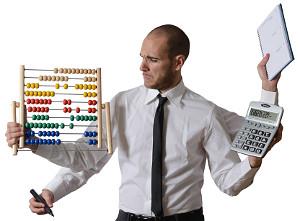 Mann mit vier Armen jongliert mit Taschenrechner, Rechentafel, Notizblock und Stift