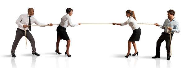 Tauziehen zwischen Büroangestellten - 4 Personen ziehen an einem Seil