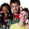 Gruppe junger Leute im Gespräch am Telefon