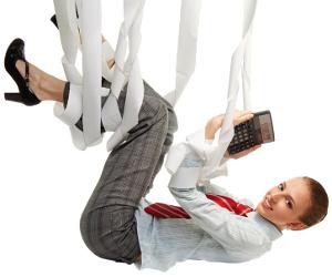 In der Luft hängende Businessfrau umklammert Taschenrechner