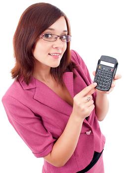 Intelligente lächelnde Geschäftsfrau mit Taschenrechner