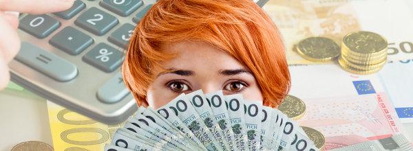Frau hält Banknoten an ihr Gesicht mit Taschenrechner und Rechnungen im Hintergrund