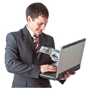 Mann bekommt Geld von einer Hand aus einem Laptop