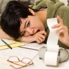 Young woman agonizing over financial calculations in her kitchen / Junge Frau quält sich mit finanziellen Berechnungen in ihrer Küche