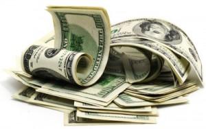 Geldbündel zusammengerollter Dollarscheine